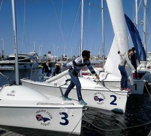 Kobieta i mężczyzna stoją na jachtach i rzucają liny