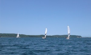 Trzy jachty płyną po morzu