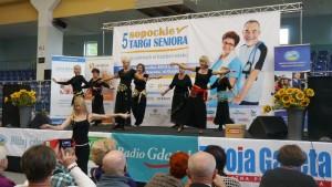 Grupa seniorek tańczy na scenie taniec brzucha