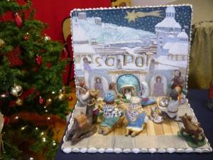 Przestrzenna szopka. W tle namalowane sopockie kamieniczki. Święta rodzina, królowie, pastuszkowie oraz zwierzęta wykonane z modeliny