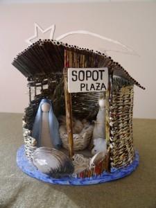 Okrągła przestrzenna szopka bożonarodzeniowa wykonana z patyczków i muszelek