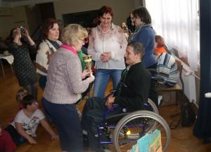 Anna Jarosz, dyrektor MOPSu wręcza puchar mężczyźnie siedzącemu na wózku