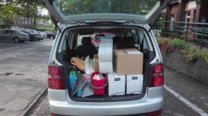 Samochód z darami dla poszkodowanych.