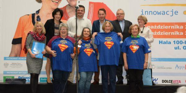 Na scenie do wspólnego zdjęcia pozują Super Seniorzy oraz goście oficjalni targów