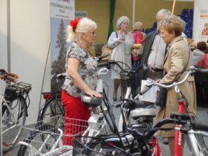 Dwie Panie oglądają rowery prezentowana podczas targów