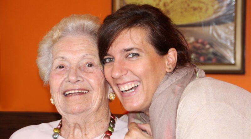 Dwie kobiety starsza i młodsza uśmiechają się