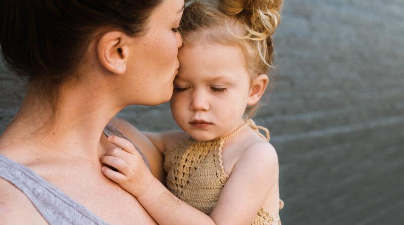 kobieta trzyma małą dziewczynkę na rękach