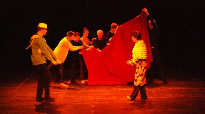 aktorzy teatru na scenie