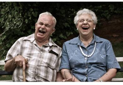 uśmiechnięci seniorzy