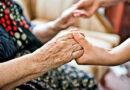 młoda osoba trzyma starszą za dłonie