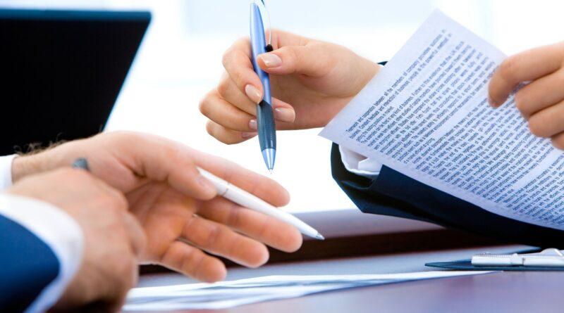 dwie osoby analizują dokumenty