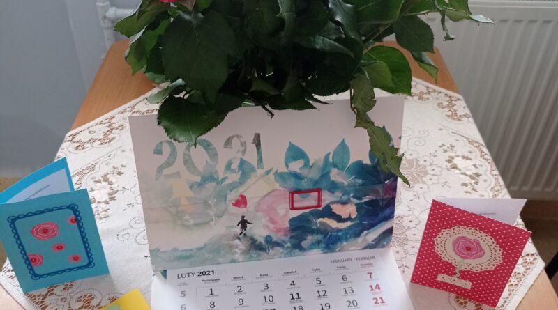bukiet róż oraz kartki