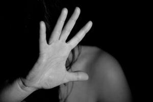 kobieta zasłania twarz reką