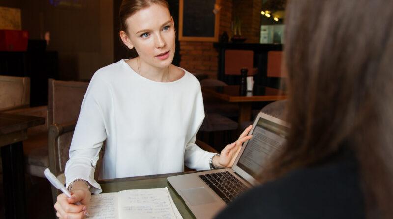 młoda kobieta siedzi przy laptopie