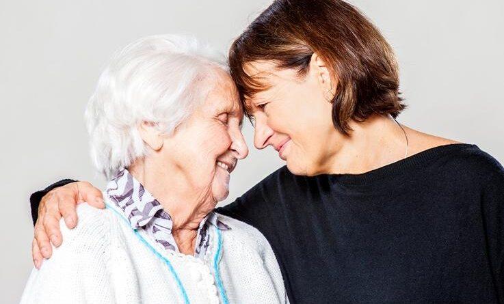 kobieta w średnim wieku przytula starszą kobiete