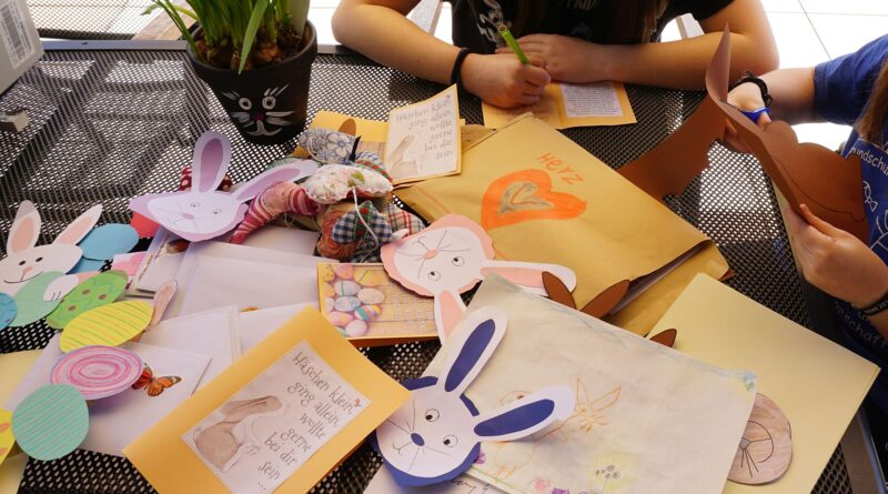 dzieci przygotowują wielkanocne kartki