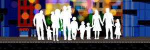 rodziny stoją na tle budynków