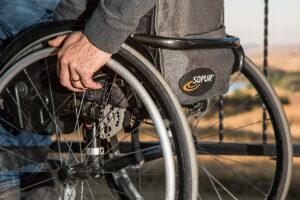 meżczyzna siedzi na wózku inwalidzkim