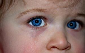 twarz dziecka, które płacze