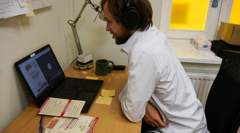 Mężczyzna siedzi przy biuro przed laptopem