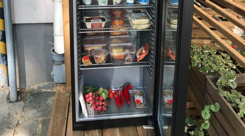 otwarta lodówka z żywnością