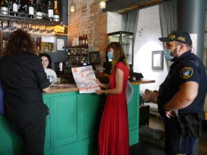 4 osoby rozmawiają przy barze w restauracji