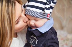 kobieta trzyma dziecko na ręku i przytula