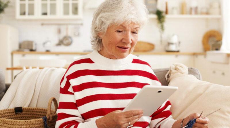 Starsza kobieta patrzy w tablet