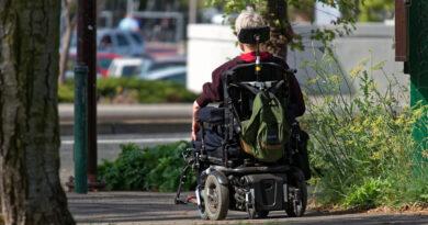 kobieta jedzie elektryczny, wózkiem inwalidzkim